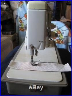 SINGER Sewing Machine Zig Zag Model 477Accessories, Carry Case, Manual, Pedal