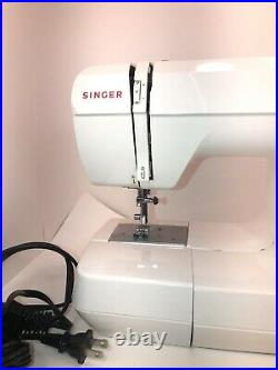Singer 132 Featherweight Electric Sewing Machine with Carry Case